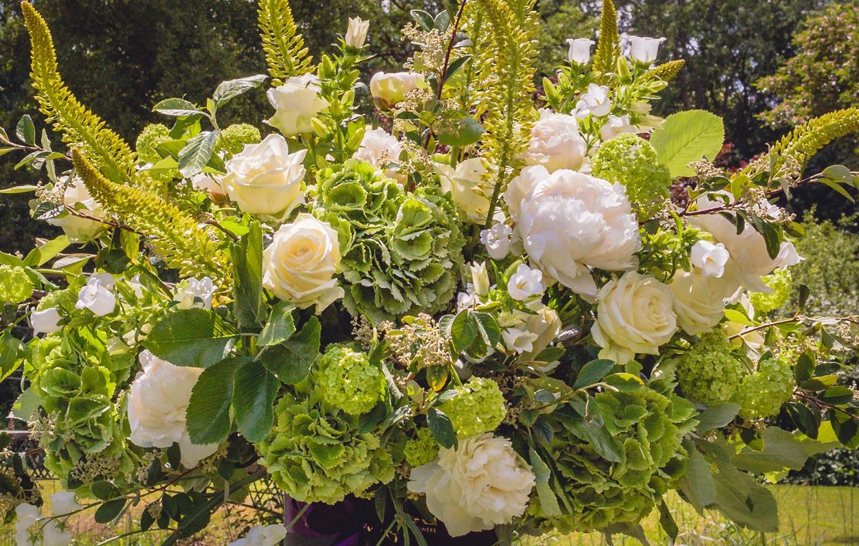 NB Flowers – White and green English garden flower arrangement in hatbox