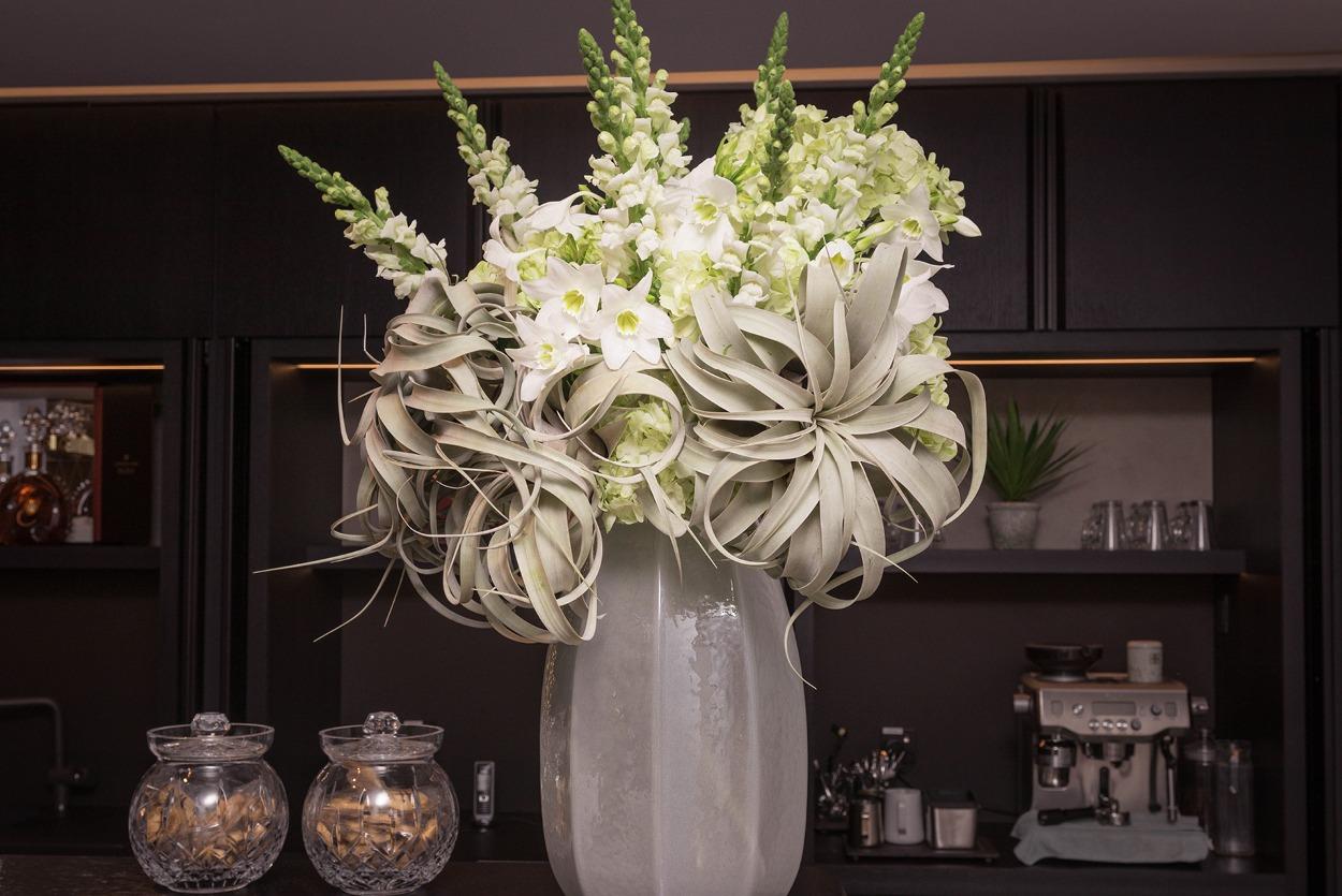 NB Flowers – White flowers at bar in Harrods