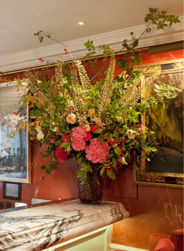 NB Flowers – Large flower arrangement of English garden style flowers placed on bar